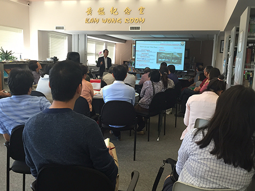 """乾坤需比履推移——记易经学会与中文图书馆共同举办的""""易经与企业管理""""讲座"""